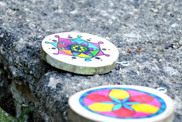 Mandalas auf Holzscheiben